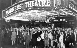 Kinopublikum vor dem Warners' Theatre in New York im Jahr 1926 (© picture-alliance / akg-images | akg-images)